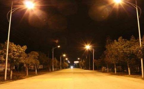 为什么路灯的灯光多是黄色的而不是白色的?
