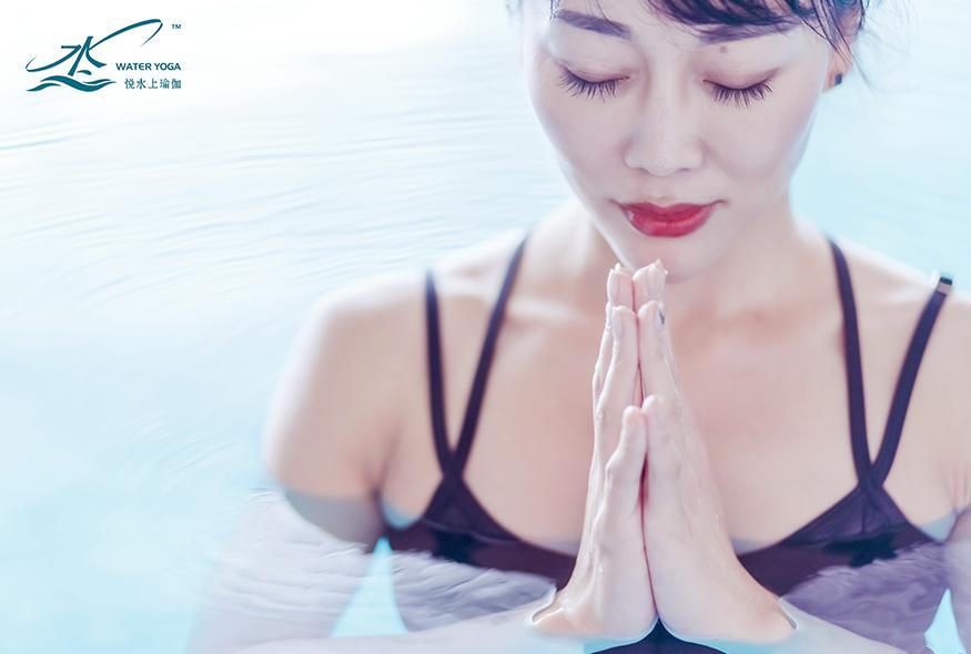 如何在水中练习瑜伽减肥?