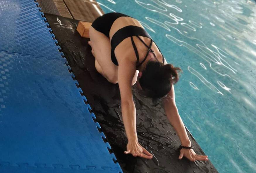 优美的水上瑜伽