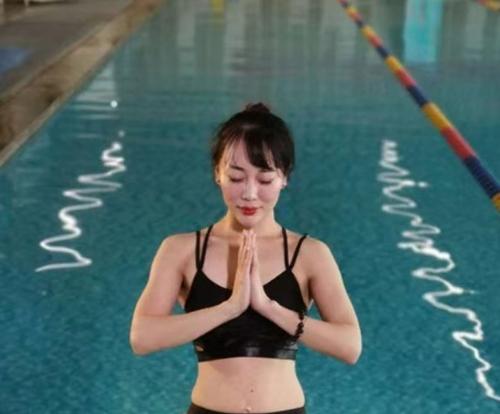 水上瑜伽浅水区域的动作