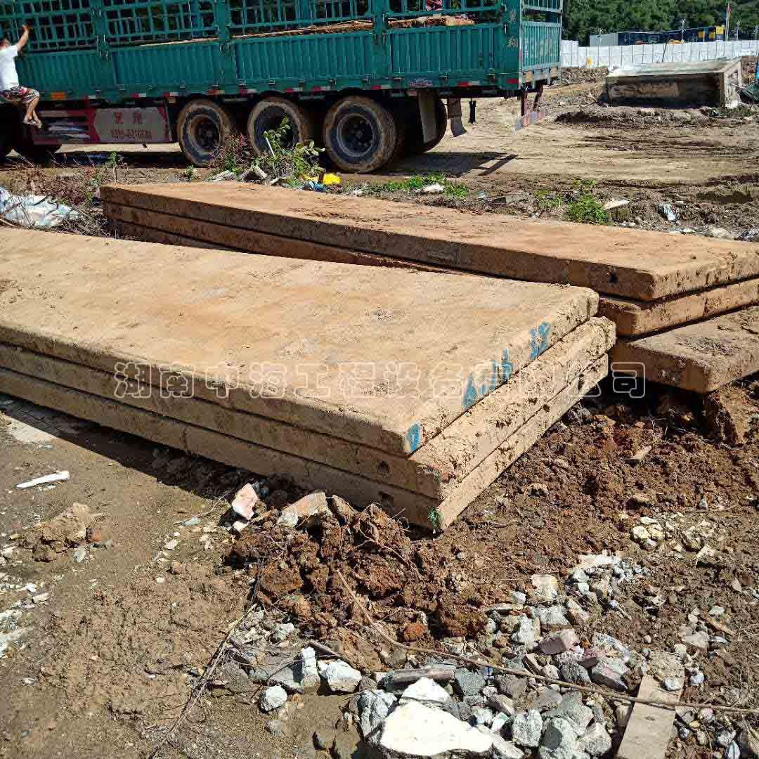 你知道为什么铺路时需要铺上一层钢板吗?