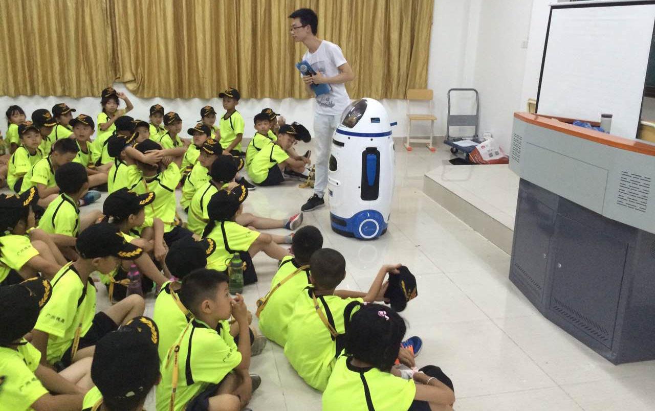幼儿园利用助教机器人辅助可以提高孩子学习兴趣