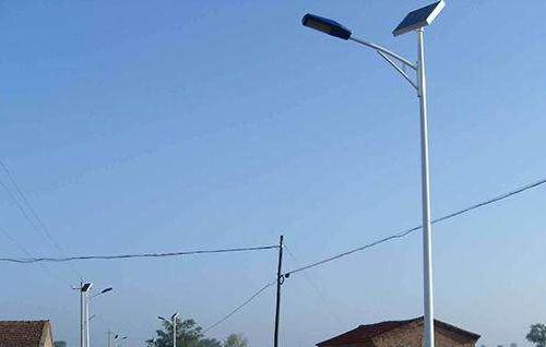 太阳能路灯能够得到如此迅速的普及,它与普通路灯相比有什么优点呢。