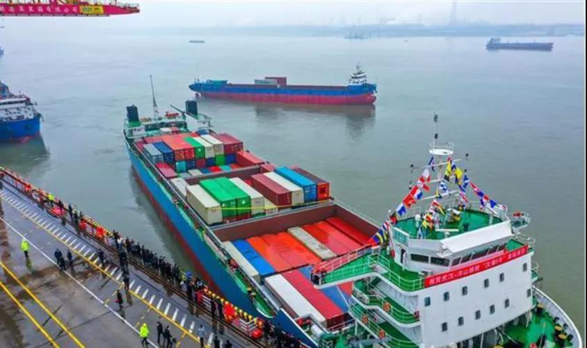 国内最大集装箱在武汉首航