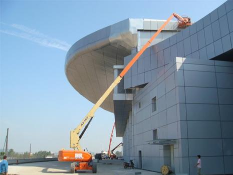 曲臂式升降平台入驻办公大楼施工