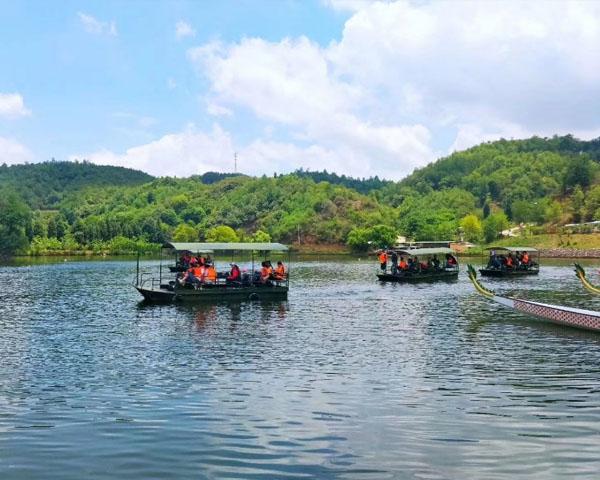 昆明山庄泛舟湖上