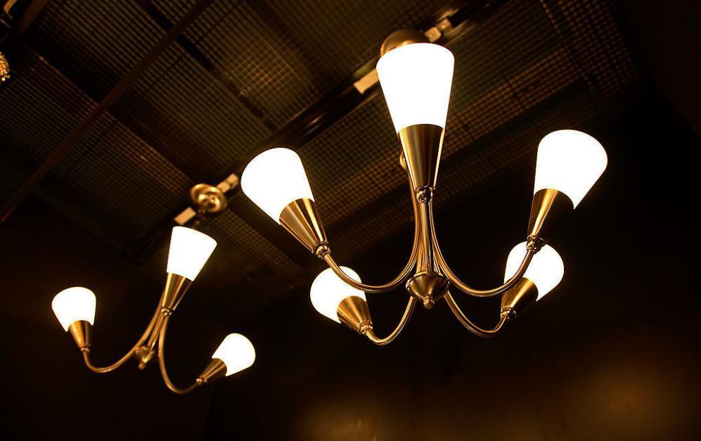蓝光LED投光灯具高温老化光电性能研究