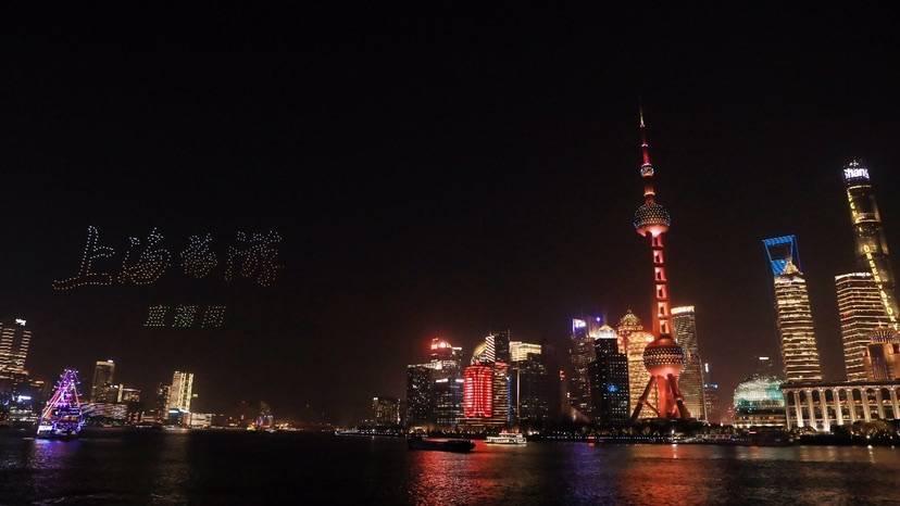 长三角文旅形象推介无人机光影秀点亮上海黄浦江两岸夜空