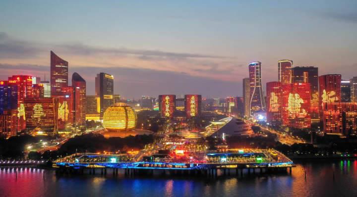 杭州钱塘江畔演出建党百年主题灯光秀