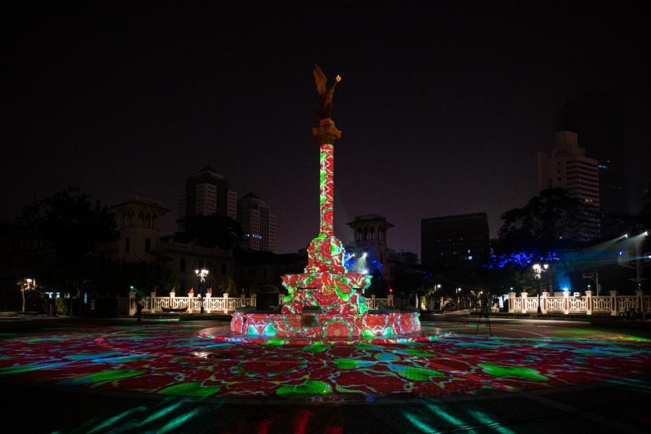 天津意風區長假期間上演國慶主題燈光秀