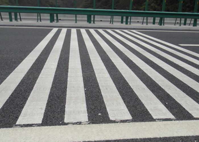 道路交通标线在道路上的主要作用是什么?