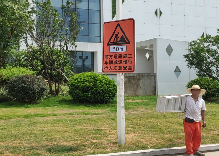 路边标志杆标志牌