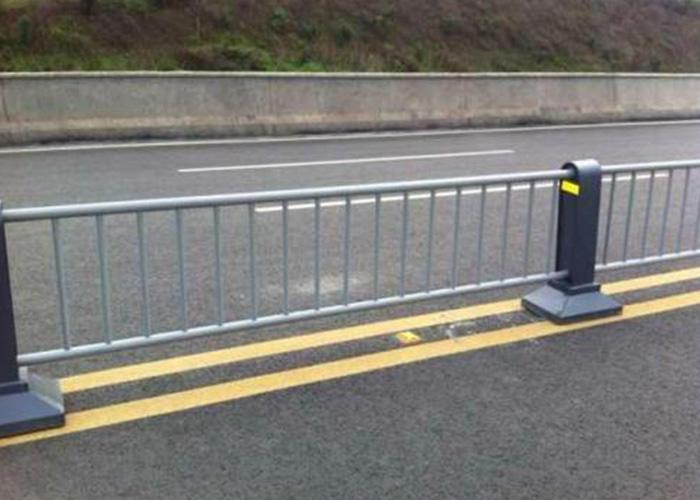 马路中间安装隔离护栏的原因