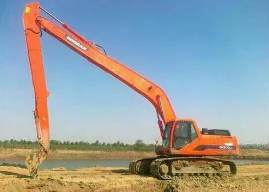 新手操作长臂挖掘机出租需要注意什么?