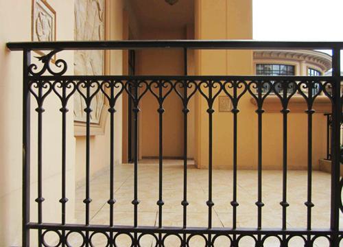 铁艺栏杆与锌钢优劣对比