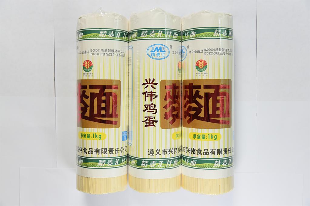 鸡蛋面是中国面食的一种,通过鸡蛋和面粉的混合作出鸡蛋面。鸡蛋面面质柔滑,在中国传统小吃中用的非常广泛