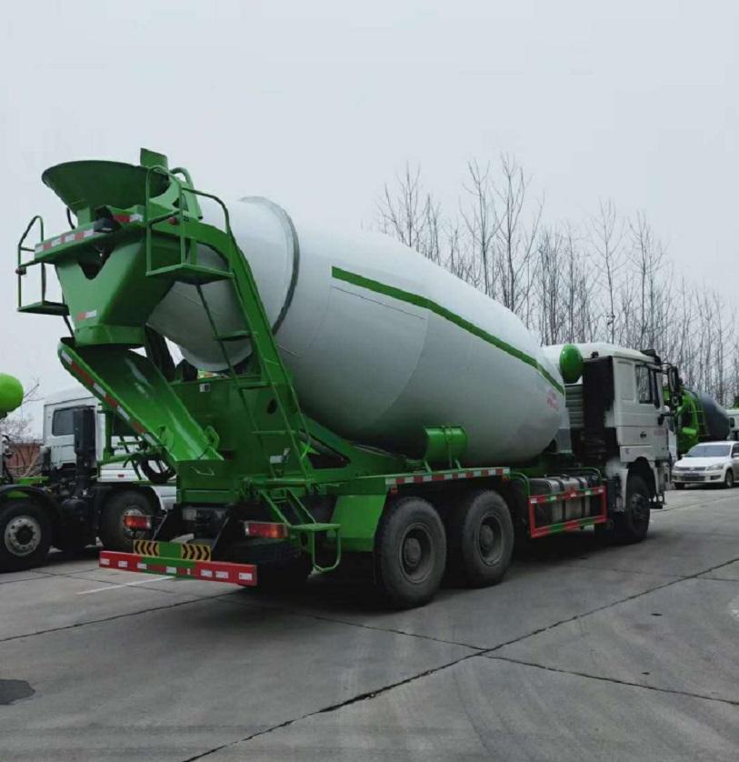 混凝土搅拌车卸料后要及时清洗排尽积水