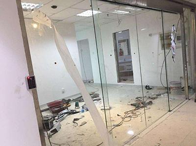 咸阳沣东新城人力资源中心办公室玻璃隔断安装现场