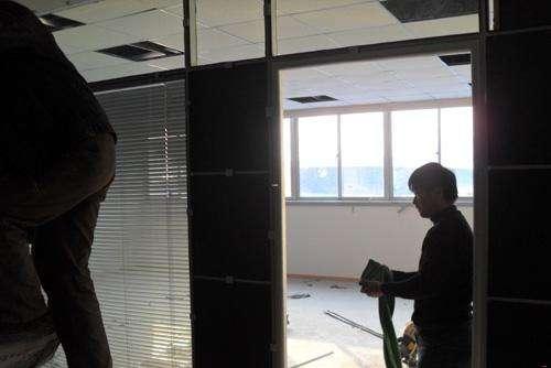 咸阳东银大厦办公室百叶隔断施工现场
